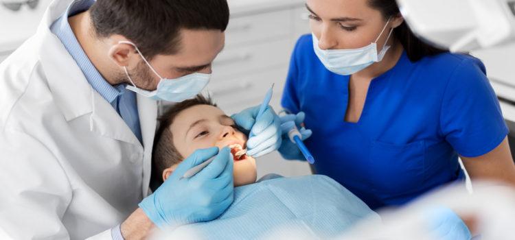 Dlaczego warto lakować zęby udzieci?