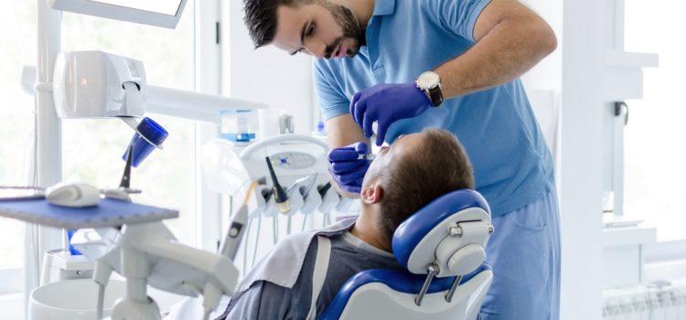 Naczym polega piaskowanie zębów?